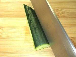 松胡瓜の飾り切り,切り込みを入れる工程