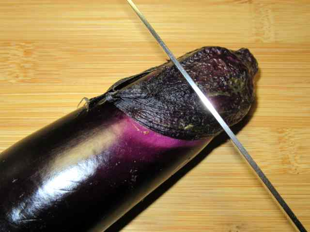 天ぷら用なすの切り方,がくを切り落とす