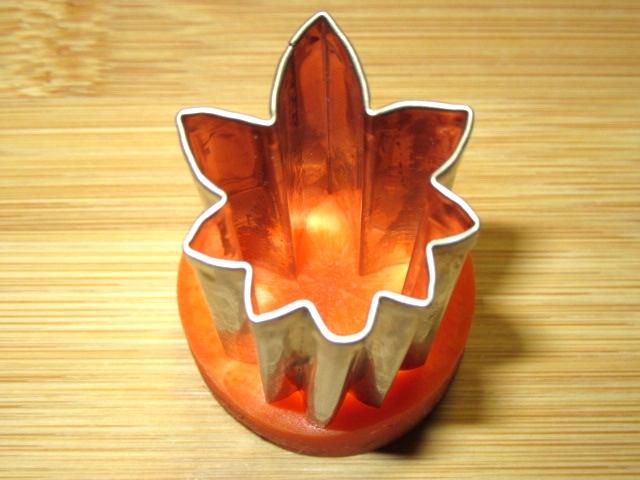 秋の演出と飾り切りからもみじの人参の型抜き工程