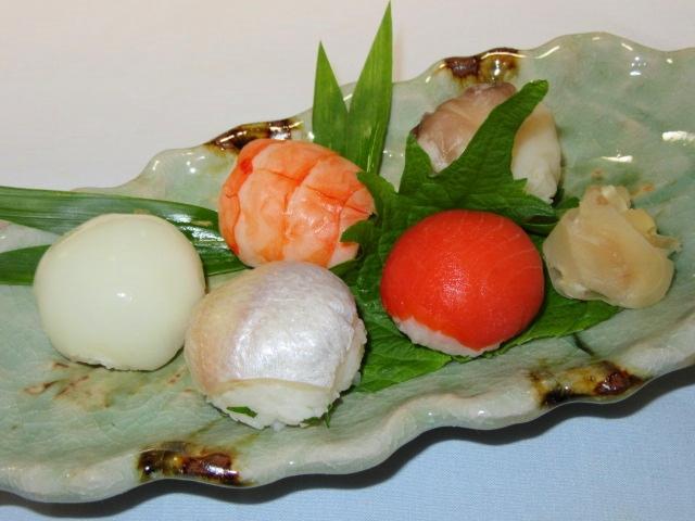 手まり寿司の五種盛り,小鯛,いか,スモークサーモン,えび,鳥貝