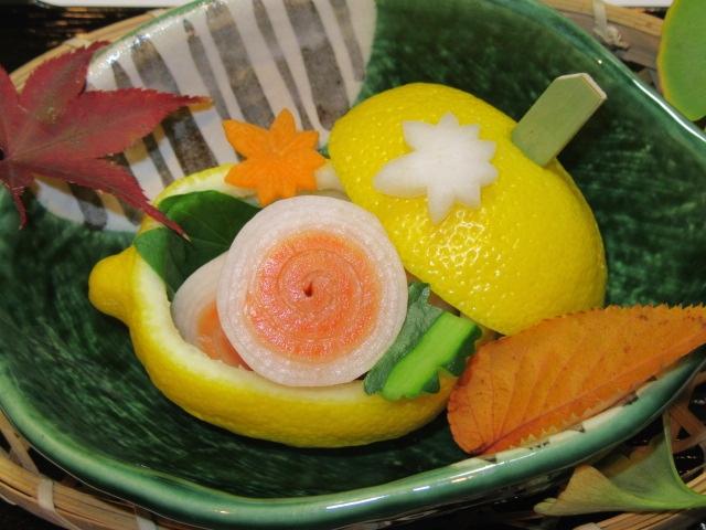 大根とスモークサーモンの鳴門巻き,蓋付きレモン釜,秋の酢の物お献立