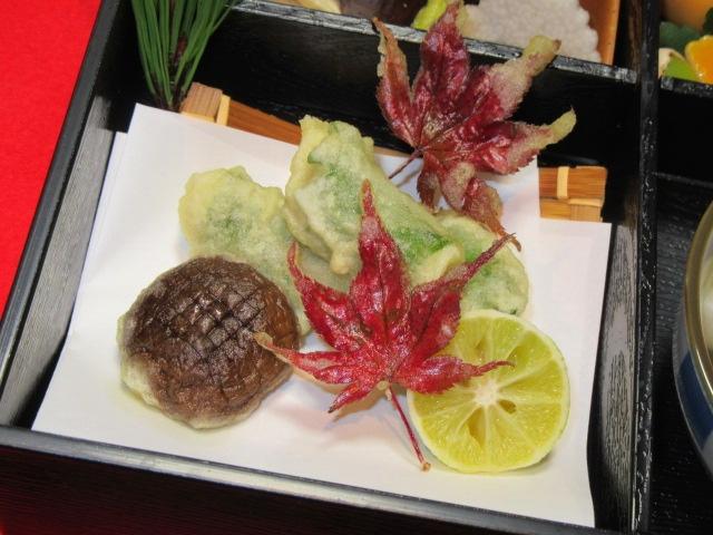 秋の松花堂弁当の揚げ物と土瓶蒸しの献立
