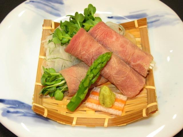 牛肉の冷しゃぶサラダ仕立て,貝割れ菜巻き
