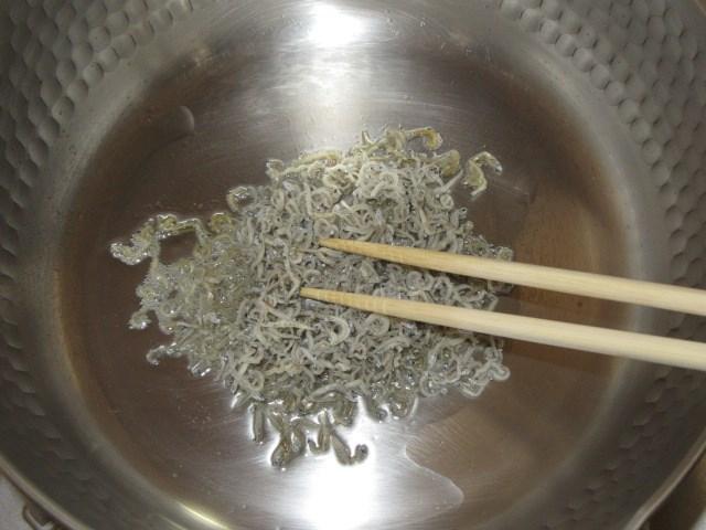 大根と人参の皮で金平を作る方法,ちりめんじゃこを炒める工程