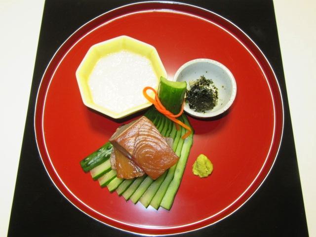 胡瓜の飾り切り,ぶりの醤油づけ長芋とろろ添え,扇きゅうりの飾り切り