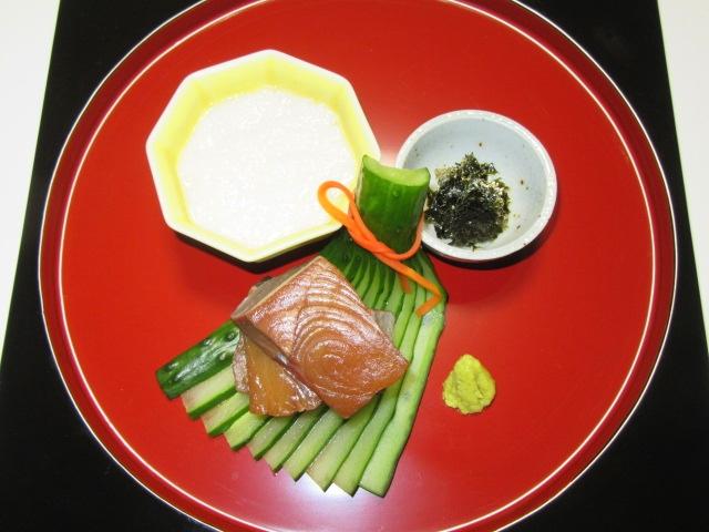 ぶりの醤油づけ長芋とろろ添え,末広きゅうりの飾り切り