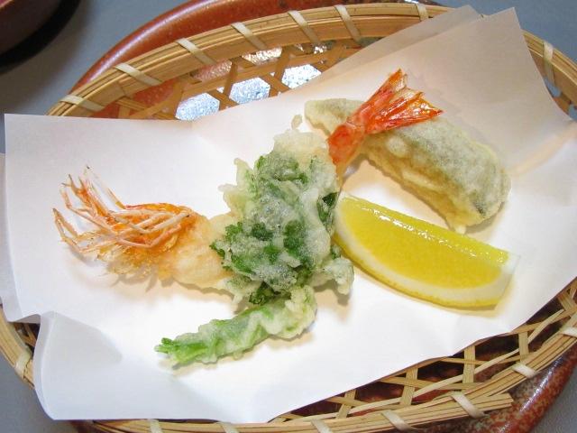 足付き車海老と束ね三つ葉の天ぷら盛り合わせ,南瓜,レモン