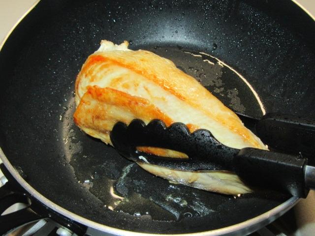 鶏むね肉を柔らかく仕上げる方法,鶏の蒸し焼き煮の作り方,表面全体を焼く工程