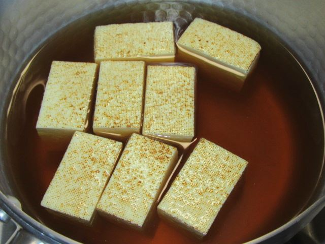 牛肉と焼き豆腐の煮物レシピ,豆腐と煮汁を鍋に入れる工程