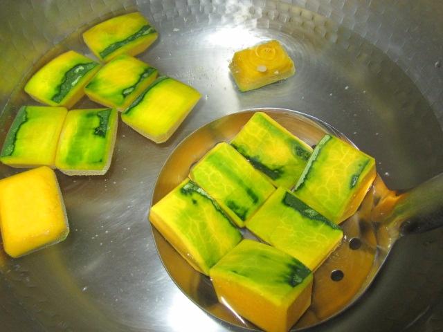 かぼちゃの煮物の作り方と下処理方法,色紙南瓜を湯に入れる工程