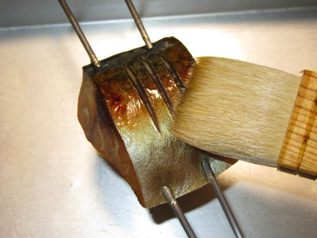さばの柚庵漬けの作り方,はけで漬けだれを塗る仕上げの工程