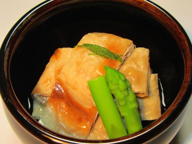 焼き目湯葉の煮物とアスパラ色出し煮,針ゆず