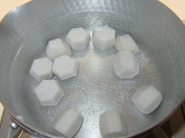 里芋の煮物の作り方と下ゆで手順,真水でゆでる工程