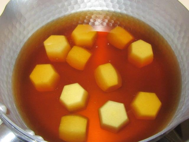 里芋の煮物の作り方手順,六方小芋を煮る工程
