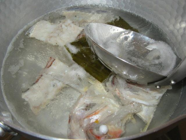 甘鯛のうしお汁の作り方とだし取り方法,あくを取る工程