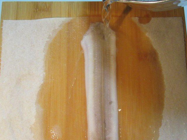 開き穴子の下処理方法,皮に湯をかける工程