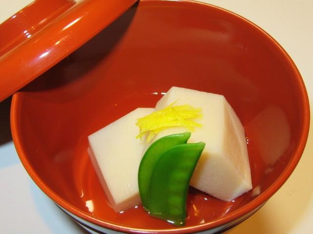 京芋の煮物の盛りつけ例,絹さや,針ゆず