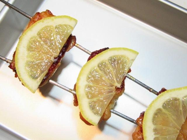 鶏肉のレモン焼きの作り方,レモンをのせる工程