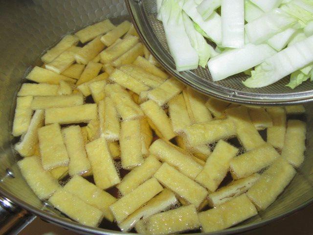 白菜と油揚げのうま煮の作り方手順,軸を入れる工程