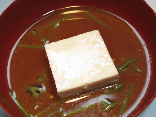 じゅん菜とごま豆腐の赤出汁