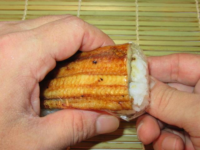 穴子寿司の作り方,ラップを折り込む工程