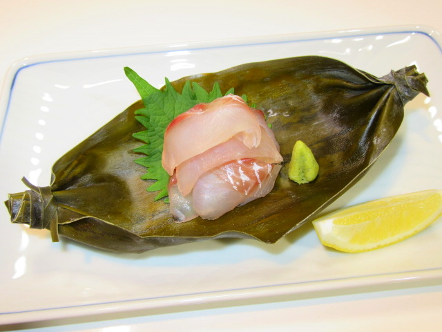 鯛の昆布じめの昆布船盛り,青じそ,わさび,レモン