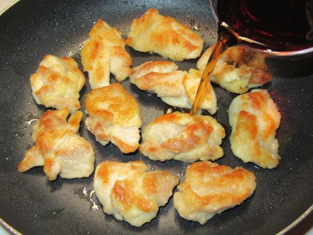 鶏もも肉のくわ焼きの作り方,合わせ調味料を入れる工程