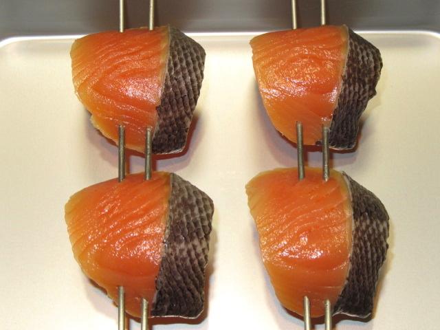 鮭の味噌漬けの作り方,西京焼きの串打ちの工程