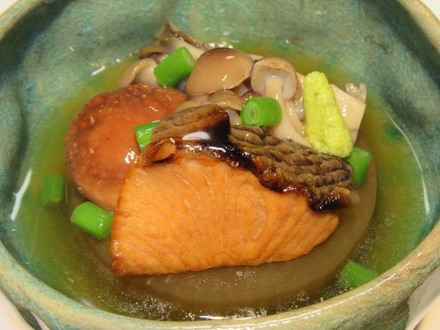 鮭と大根の煮物と三種類のきのこのくずあんかけ